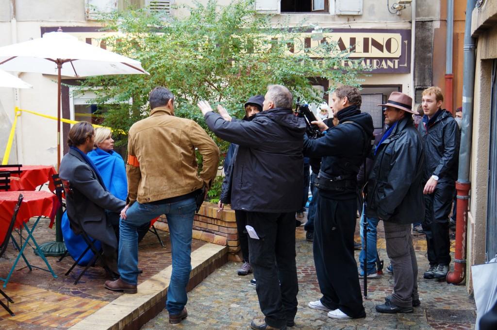 Céline Frémont emmitouflée dans une couverture bleue mais en compagnie d'un beau jeune homme, sur la place de l'Alouette à Aubagne