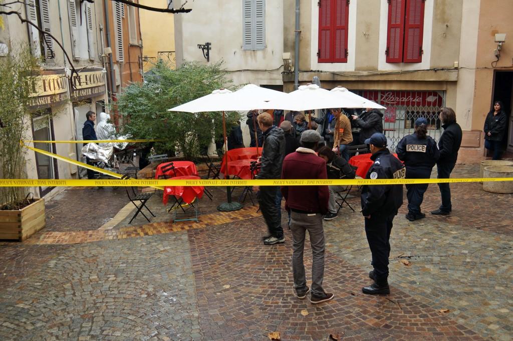 Des bandes jaunes d'une scène de crime sont disposées sur la terrasse du Borsalino, côté place de l'Alouette