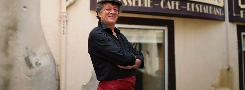 François, en tenue du 19e siècle, devant l'entrée du Borsalino, place de l'Alouette